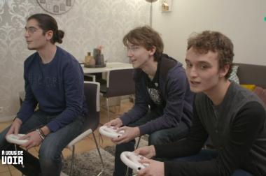Idriss et ses amis jouent aux jeux vidéos