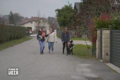 Mélanie dans la rue avec ses copines et son chien guide