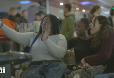 Fanta est ses amies, assises au bowling en train de se prendre en photo.