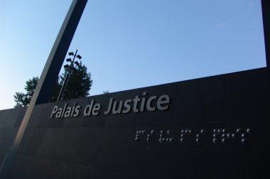texte en braille pas vu pas pris sur la façade du palais de justice