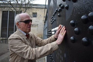 Homme aveugle qui touche la fresque