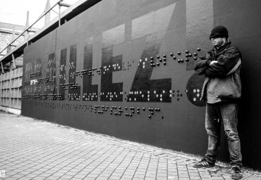 fresque braille sur un mur
