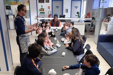 Enfants autour d'une table avec moulages