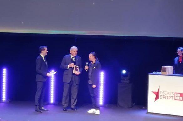 Bernard MAgrez, donne le prix à Frederic sur la scène