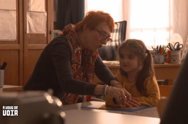 Professeur et petite fille salle de classe.