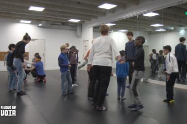 Enfants qui dansent dans une salle