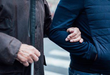 Accompagnement d'une personne malvoyante par un auxiliaire de vie