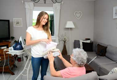 Jeune femme aidant une personne âgée à son domicile