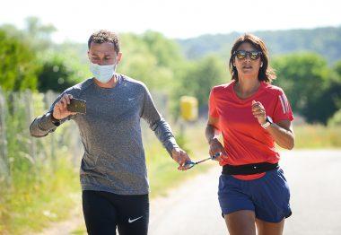 Estelle Denis lors d'un entraînement en extérieur avec son guide Emeric