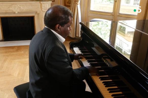 Candide au piano