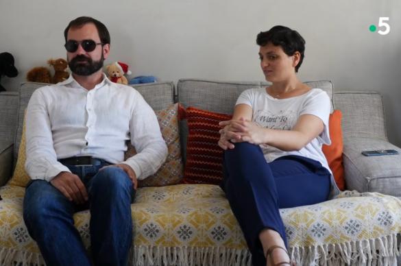 Thibault et Madelaine sur leur canapé