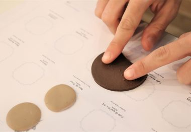 Découverte du braille sur un échantillon de chocolat