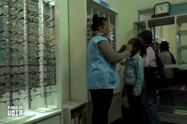 Enfant qui essaie des lunettes