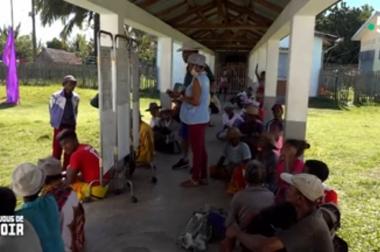 Patients assis par terre en attendant leur consultation